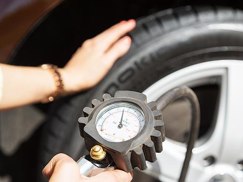 Почему необходимо регулярно проверять давление в шинах