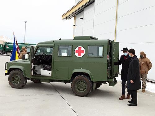 Украинские военные медики получили семь медицинских Land Rover - медик