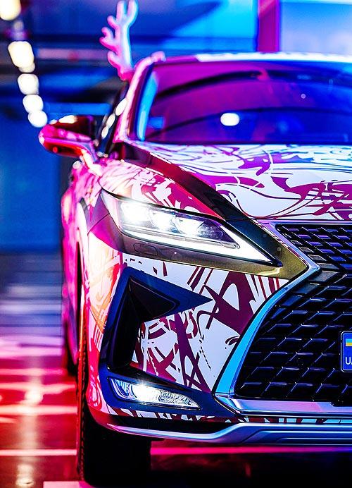 Санта-Клаус выбирает Lexus: обновленный Lexus RX развозит по столице новогоднее настроение