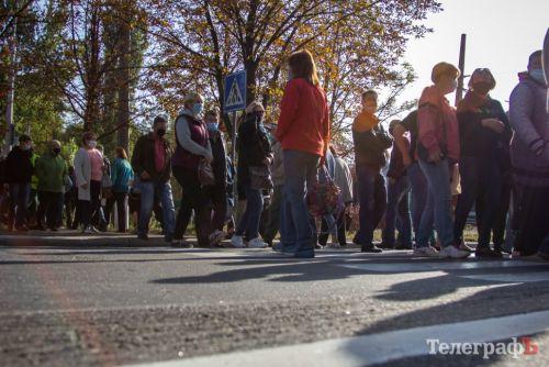 """Работники """"АвтоКрАЗа"""" сегодня перекрывали трассу и требовали выплатить долги по зарплате за 8 месяцев"""