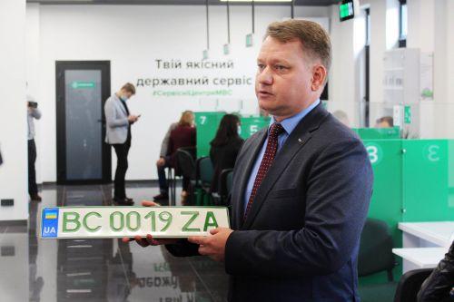 """Сервисные центры МВД уже выдали более 4 тыс. комплектов """"зеленых"""" номеров"""