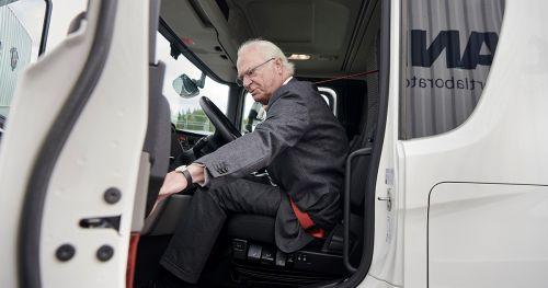 Шведский король проехался за рулем Scania - Scania