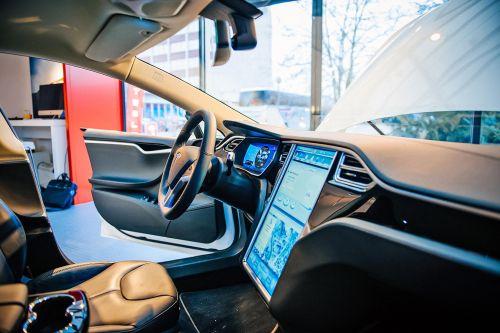 У Tesla возникли сложности с внедрением новой версии автопилота в серийные авто