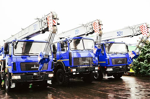 МАЗ выпустил 32-тонный автокран 6*6 облегченной конструкции